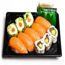 MIXTE TOUT SAUMON, 11 pièces, 3 pièces de california Saumon, 3 pièces de verde saumon, 5 pièces de sushi saumon, sauce soja, gingembre et wasabi