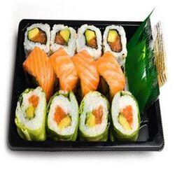 ROLLS MIXTE , 12 pièces, 4 Rainbow saumon, 4 california saumon, 4 verde saumon, sauce soja, gingembre, wasabi