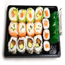 ROLLS MIXTE TOUT SAUMON, 16 pièces, 4 maki saumon, 4 pièces de california saumon, 4 pièces de snowroll saumon fromage, 4 verde saumon, sauce soja, gingembre et wasabi.