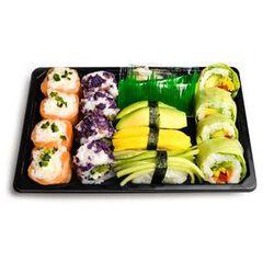 PLATEAU GREEN 15 pièces: 4 california chips violette, 4 verde végétarien, 4 snowroll saumon fromage, 1 sushi tamago, 1 sushi concombre, 1 sushi avocat