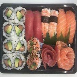 2 sushi saumon - 2 sushi crevette - 2 sushi thon - 2 boule de feu saumon - 4 sashimi saumon - 4 sashimi thon - 8 california saumon avocat