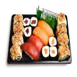 PLATEAU CRUNCHY, 18 pièces, 2 sushi saumon, 2 sushi thon, 3 maki thon, 8 crunch saumon, 3 pièces de maki saumon, sauce soja, gingembre, wasabi.