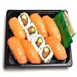 SUSHI ET CALIFORNIA SAUMON, 10 pièces, 6 pièces de sushis saumon, 4 pièces de california saumon, sauce soja, gingembre et wasabi.