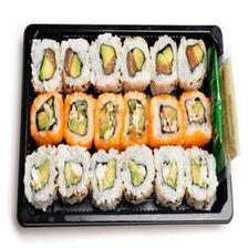 MAXI CALI, 18 pièces, 6 pièces de california crevette, 6 pièces de california saumon, 6 pièces de california masago, sauce soja, gingembre et wasabi.