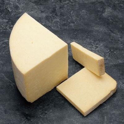 Dés de cantal jeune Appellation d Origine Protegee au lait pasteurisé,28% de matière grasse