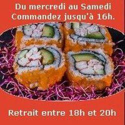 Fotomaki 4 pièces Saumon avocat surimi concombre crevette enrobé de masago SUSHI MONT BLANC